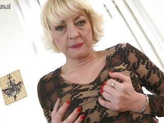 Lady Sonia molto caldo passeggiate nudo film erotici interi lungo la strada .